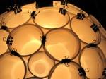 Luminária de copos descartáveis, criada pelo artista plástico paulistano Douglas Okura (faça você mesmo).