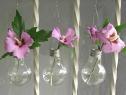 Vasos de flores feitos com lâmpadas recicladas